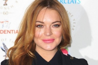 Lindsay Lohan kicked out of the bar for being racist on a waiter and spit on a customer